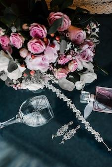 Noiva de acessórios femininos. bolsa, sapatos, anéis, perfume nupcial