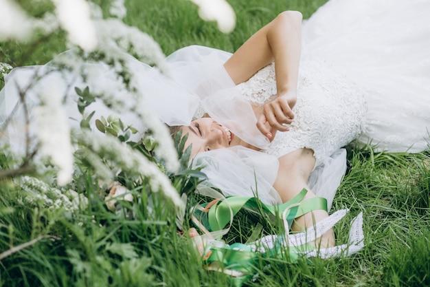 Noiva de mulher segurando um lindo buquê de flores