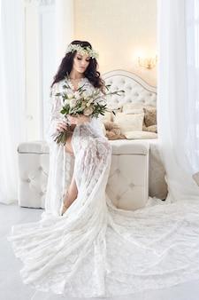 Noiva de negligee branco, preparando a cerimônia de casamento