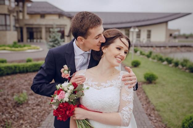 Noiva de riso com o marido engraçado