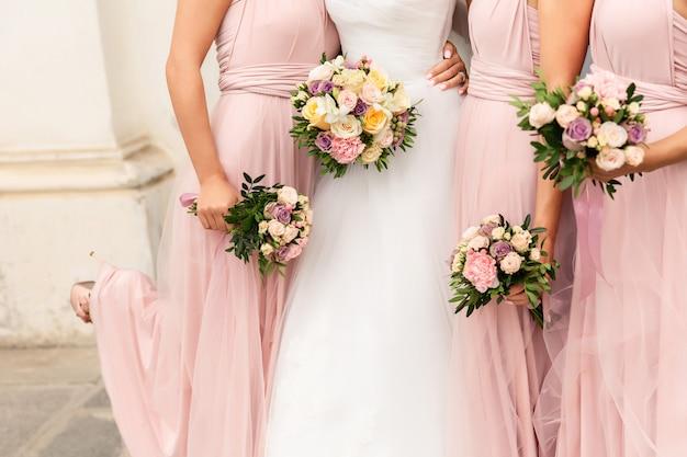 Noiva e damas de honra com buquês no dia do casamento