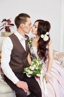 Noiva e noivo abraçam e posam para o casamento. amor e ternura em todos os olhares