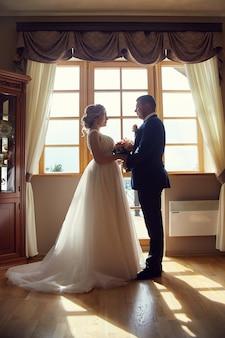 Noiva e noivo abraçando e beijando, amor para sempre