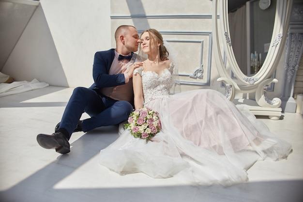 Noiva e noivo abraçando e beijando, amor