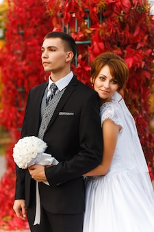Noiva e noivo abraçando