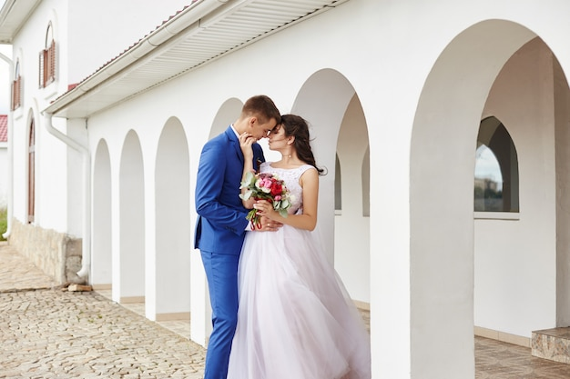 Noiva e noivo abraço e beijo no casamento