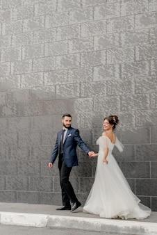Noiva e noivo andando na rua