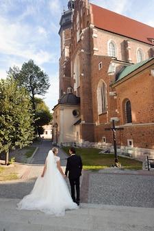 Noiva e noivo antes do casamento