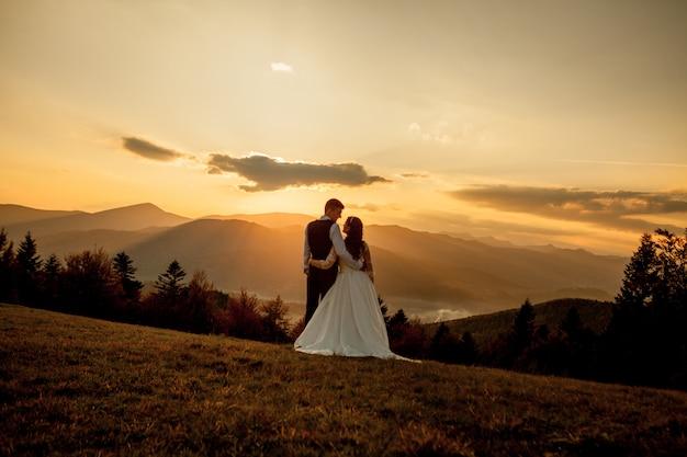 Noiva e noivo ao pôr do sol romântico casal