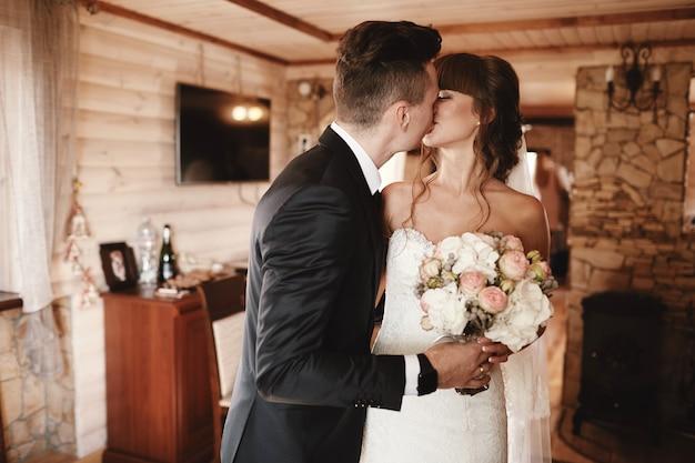 Noiva e noivo beijam na primeira reunião. primeira reunião da noiva e do noivo.