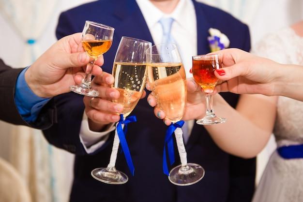 Noiva e noivo brindando com os convidados