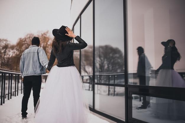 Noiva e noivo caminhando no inverno