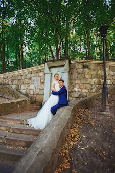 Noiva e noivo casamento recém-casados no parque