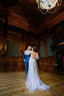 Noiva e noivo charmosos em sua festa de casamento em um luxuoso estúdio, hotel e restaurante.