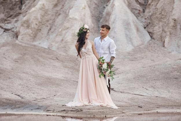 Noiva e noivo com um buquê de flores