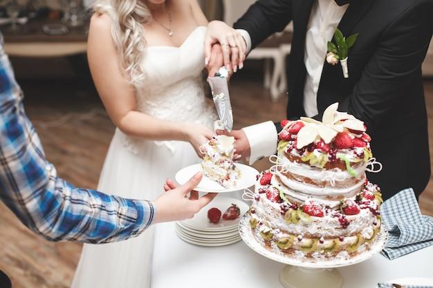 Noiva e noivo cortando o bolo de casamento