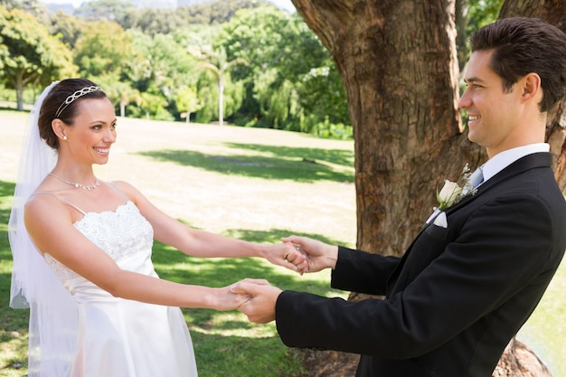 Noiva e noivo dançando no jardim