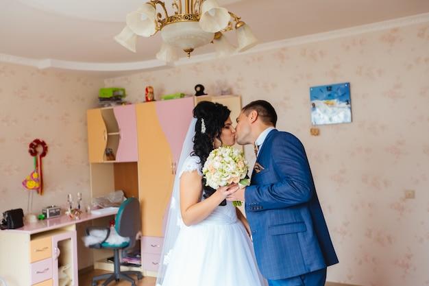 Noiva e noivo de manhã