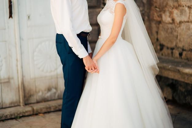 Noiva e noivo de mãos dadas