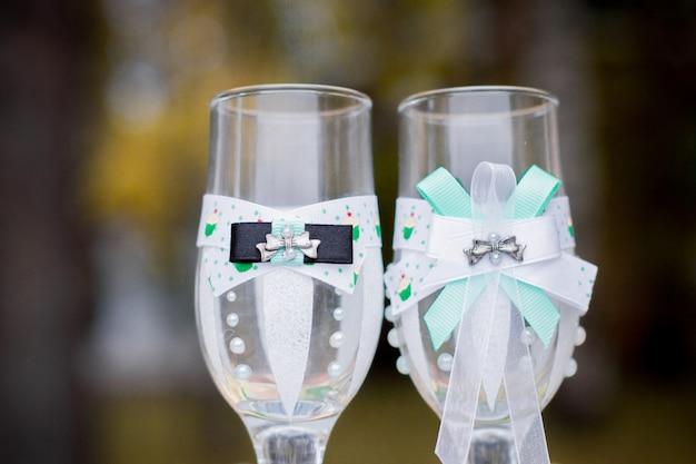Noiva e noivo de óculos de casamento