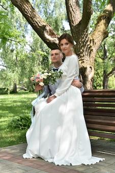 Noiva e noivo em um casamento em um parque verde