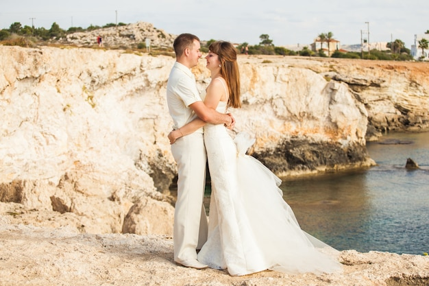 Noiva e noivo em um momento romântico na natureza. casal elegante casamento ao ar livre