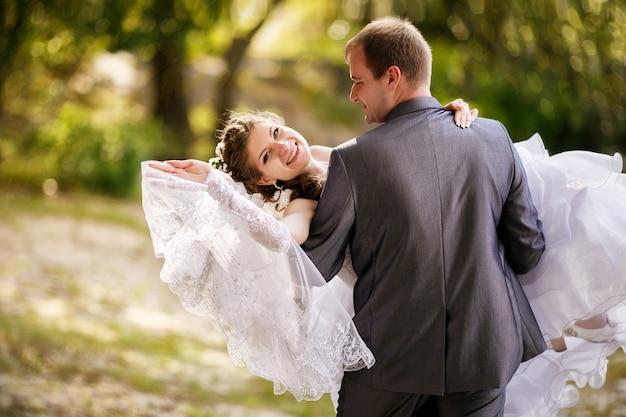 Noiva e noivo em um momento romântico