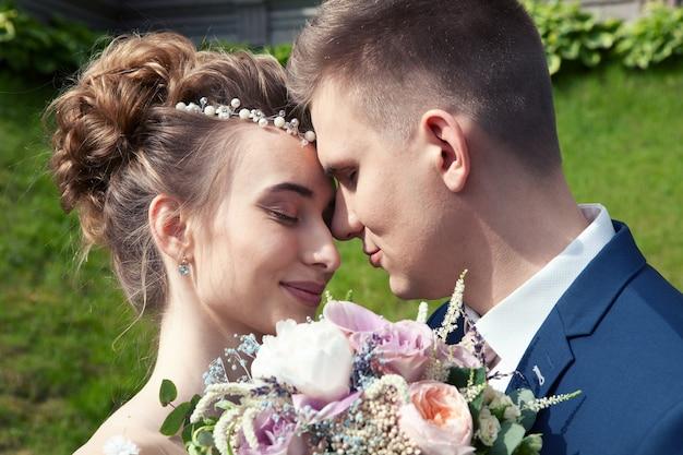 Noiva e noivo em um parque.