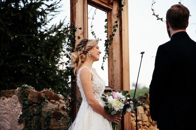 Noiva e noivo estão na cerimônia de casamento