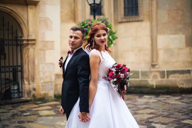 Noiva e noivo felizes em seu casamento