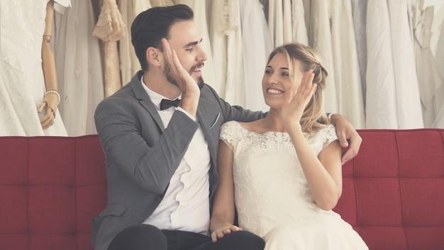 Noiva e noivo felizes em vestido de noiva se preparando para se casar em cerimônia de casamento