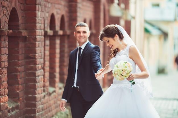 Noiva e noivo felizes no dia do casamento