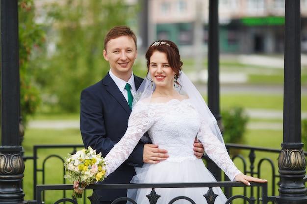 Noiva e noivo felizes novos em seu casamento