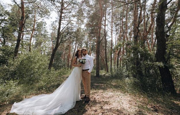 Noiva e noivo. jovem casal luxuoso de recém-casados apaixonados posando para a primeira sessão de fotos de casamento de família