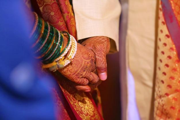 Noiva e noivo mãos, casamento indiano