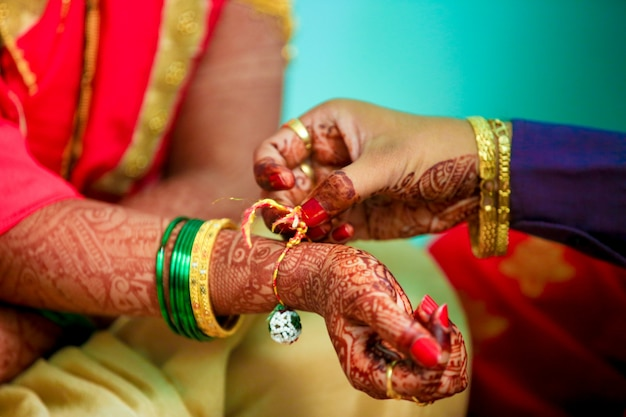 Noiva e noivo mãos
