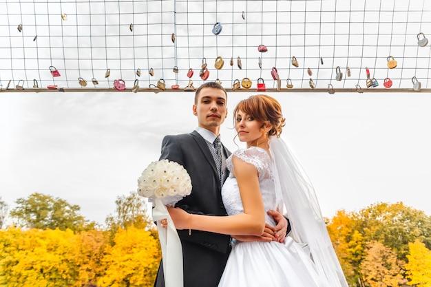 Noiva e noivo na caminhada