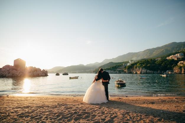 Noiva e noivo na praia da rainha milocer