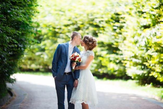 Noiva e noivo no casamento. recém-casados no parque.