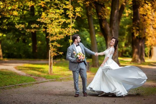 Noiva e noivo no parque outono