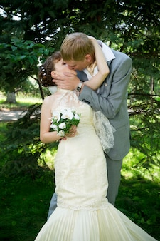 Noiva e noivo no parque