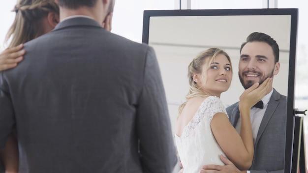 Noiva e noivo no vestido de noiva, preparem-se para se casar na cerimônia de casamento. amor romântico de casal homem e mulher.