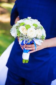 Noiva e noivo. noiva e noivo no casamento abraçando.