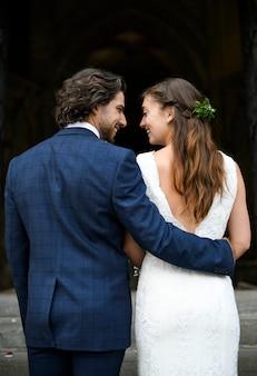 Noiva e noivo nos degraus da igreja