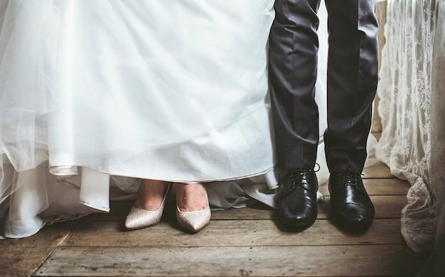 Noiva e noivo pés na cerimônia de casamento de casamento