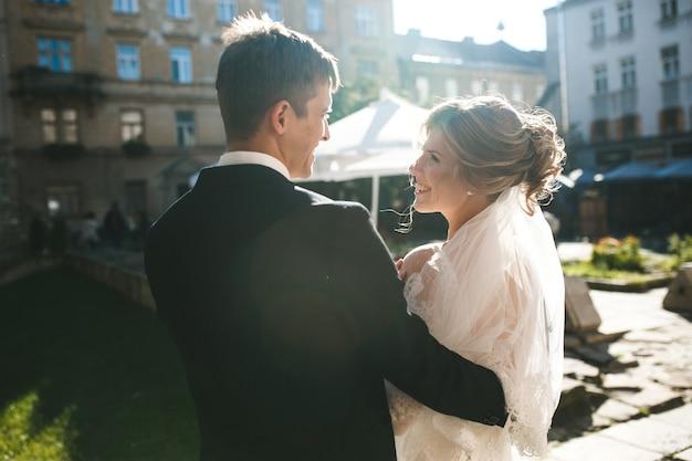 Noiva e noivo posando nas ruas da cidade velha