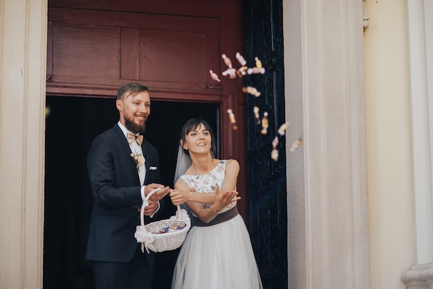 Noiva e noivo saindo da igreja