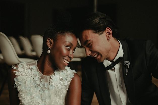Noiva e noivo se abraçam