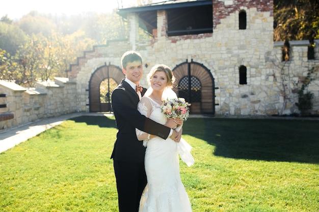 Noiva e noivo se divertindo em uma cidade velha