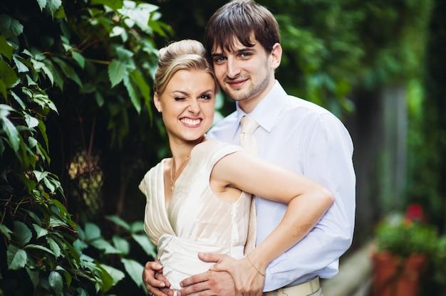 Noiva e noivo se divertindo